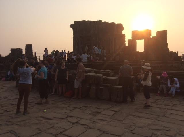 カンボジアのオプショナルツアーで見たプノンバケンの夕日