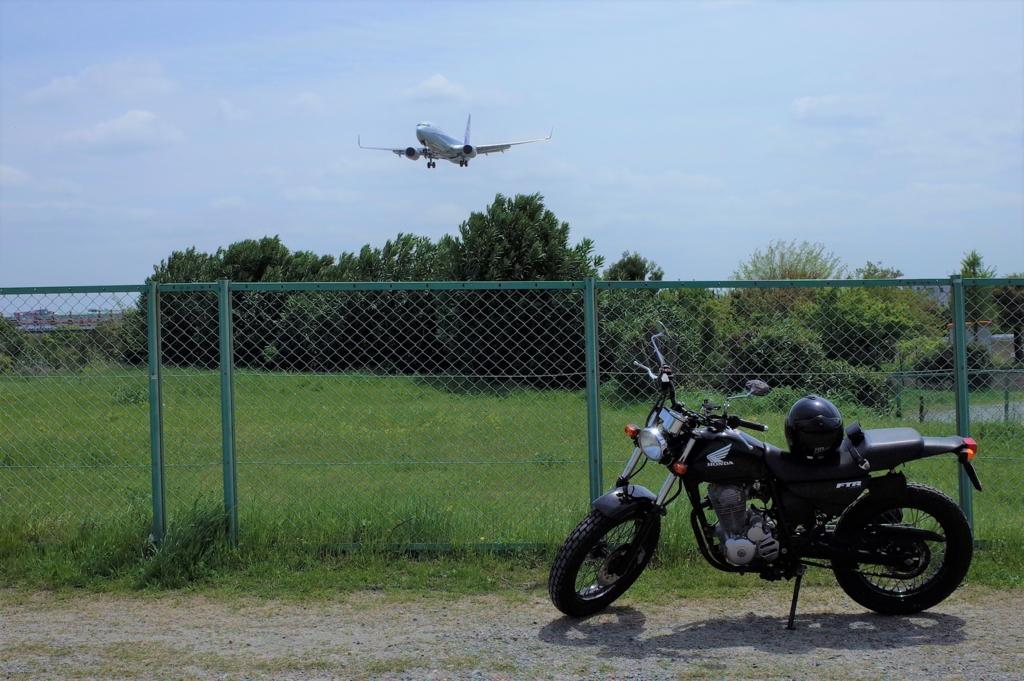バイクで訪れた千里山土手から見た伊丹空港から飛ぶ飛行機