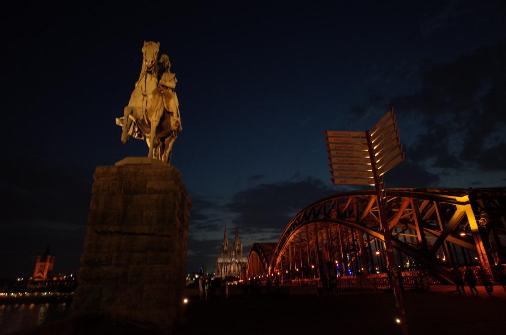 ケルン大聖堂の夜景の写真