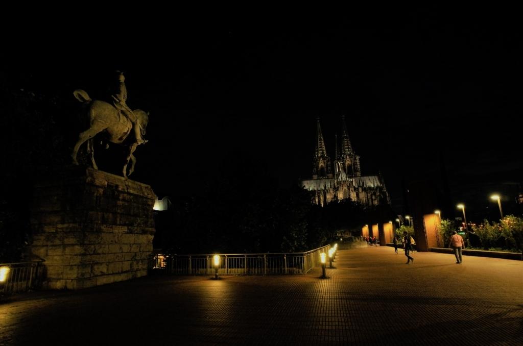 夜のケルン大聖堂の写真