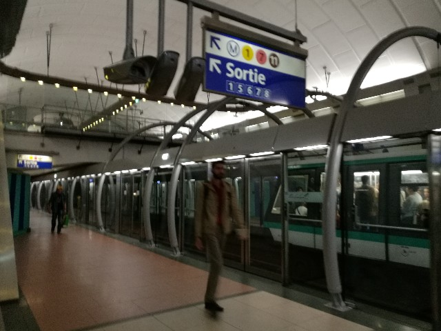パリの地下鉄で撮影した写真