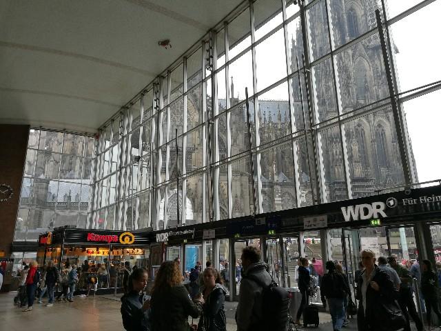 ケルン中央駅から見えるケルン大聖堂の写真