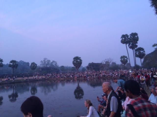 アンコールワットに群がる観光客の写真